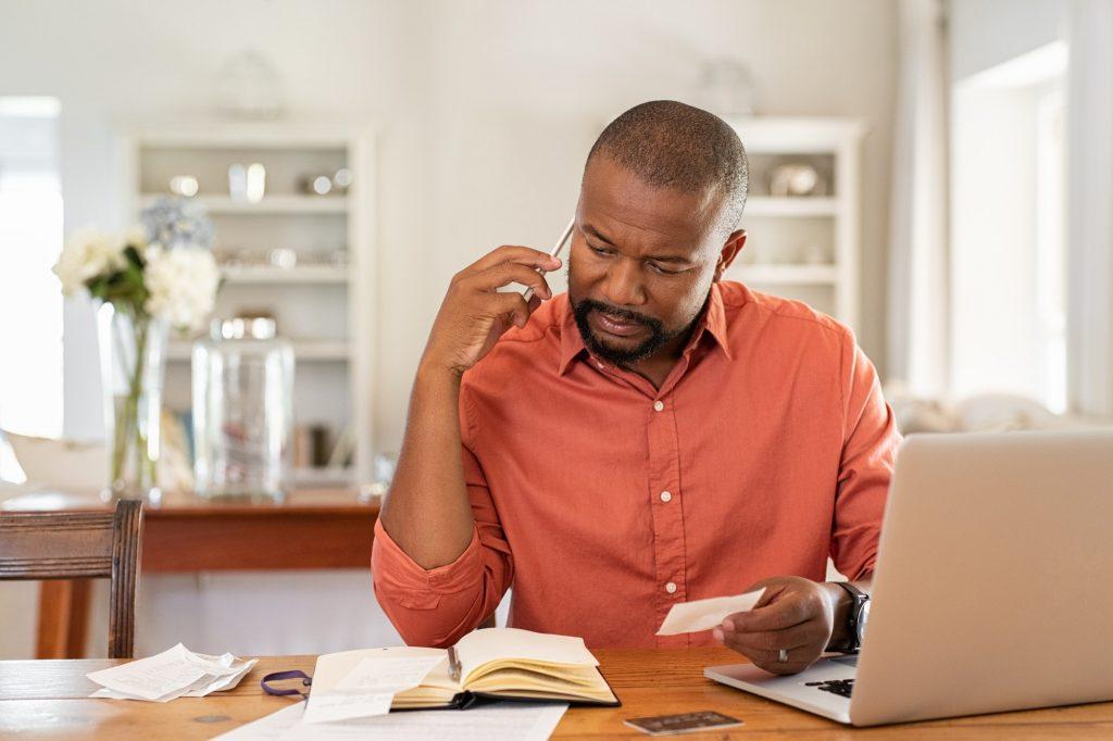 homem telefonando para atualizar boleto do Banco do Brasil